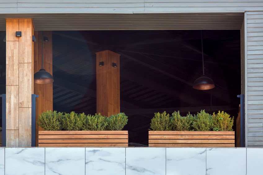 Balcone fiorito monocromatico
