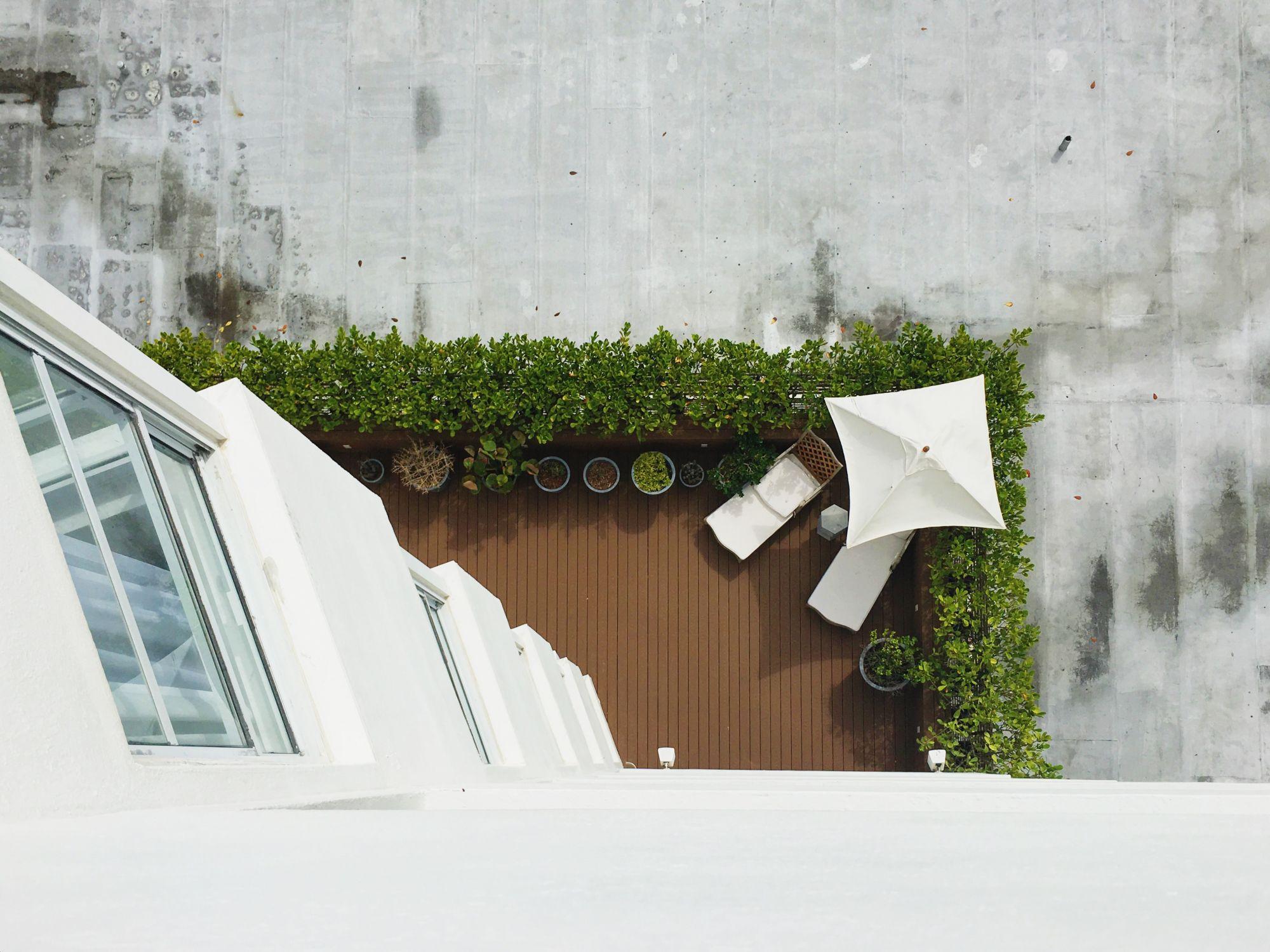 Vasi e balconette per arredare un balcone