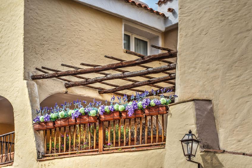 Idee per un balcone fiorito multicolor
