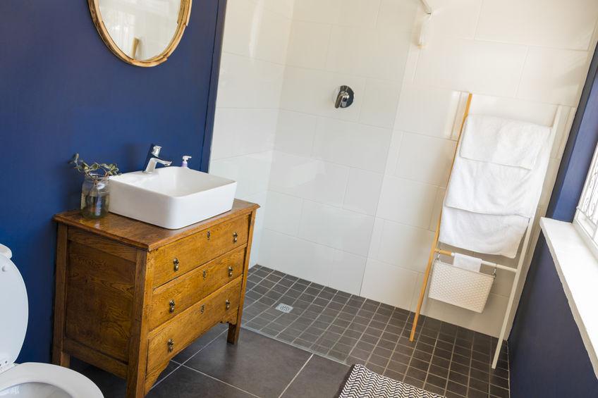 credenza antica in legno in bagno