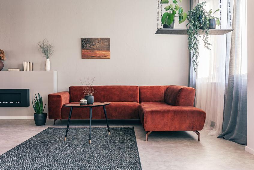 divano arancione in velluto