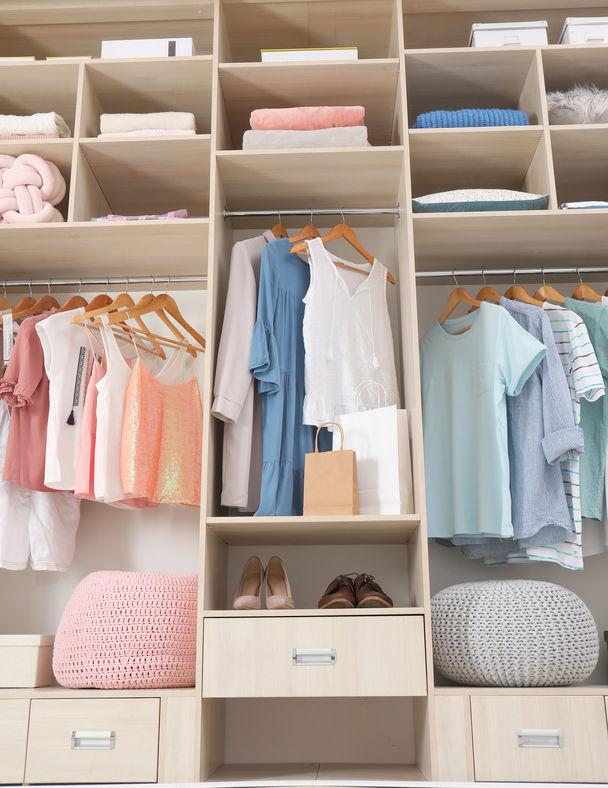 appendere o piegare i vestiti nell'armadio