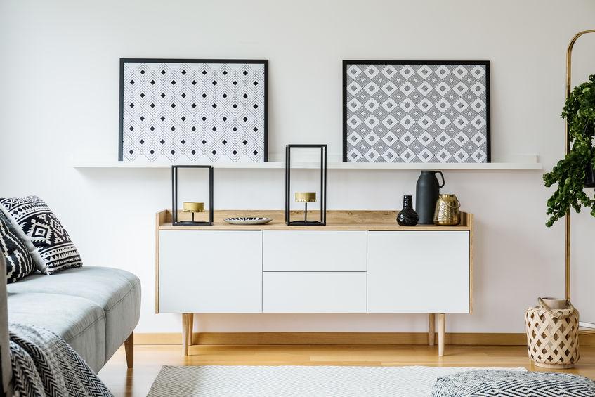Come appendere e disporre i quadri in salotto