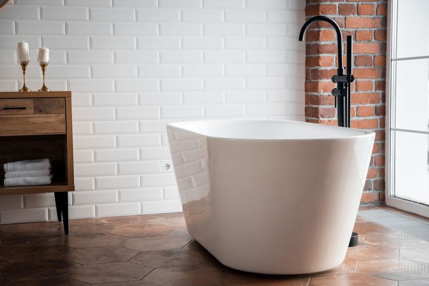 Bagno in stile loft con vasca freestanding