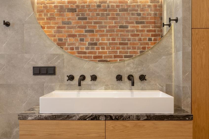 Bagno in stile loft e rubinetteria in nero