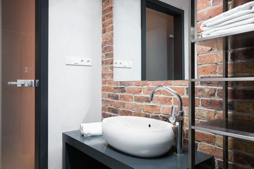 Bagno e rivestimento in mattoni in stile loft
