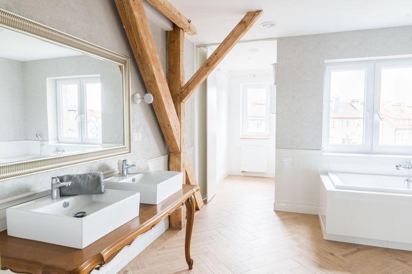 tavolo d'epoca chic in legno come mobile bagno