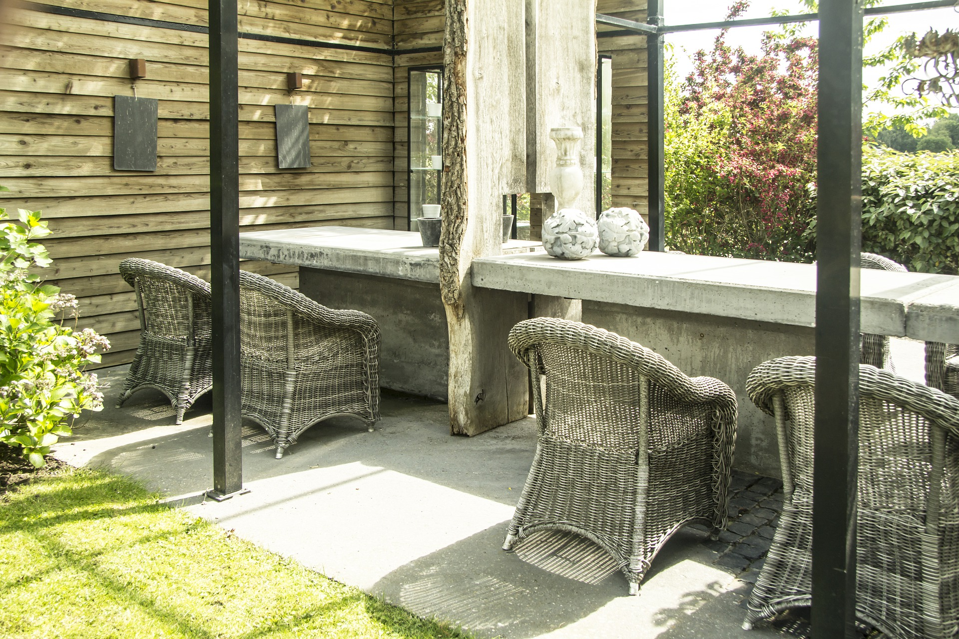 Tavolo da pranzo esterno: look casual chic in cemento