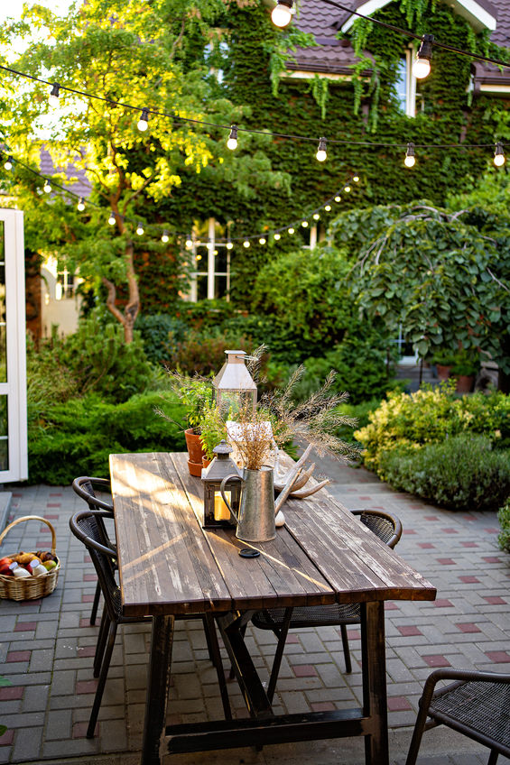 Tavolo da pranzo esterno: minimal in legno di recupero