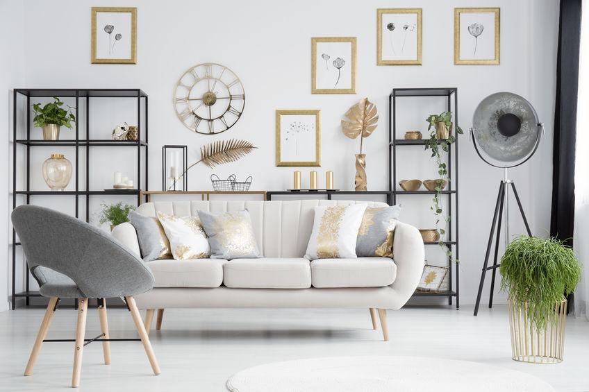 Arredare la parete del divano con un mobile a giorno
