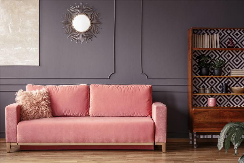 Arredare la parete del divano con una leggera boiserie