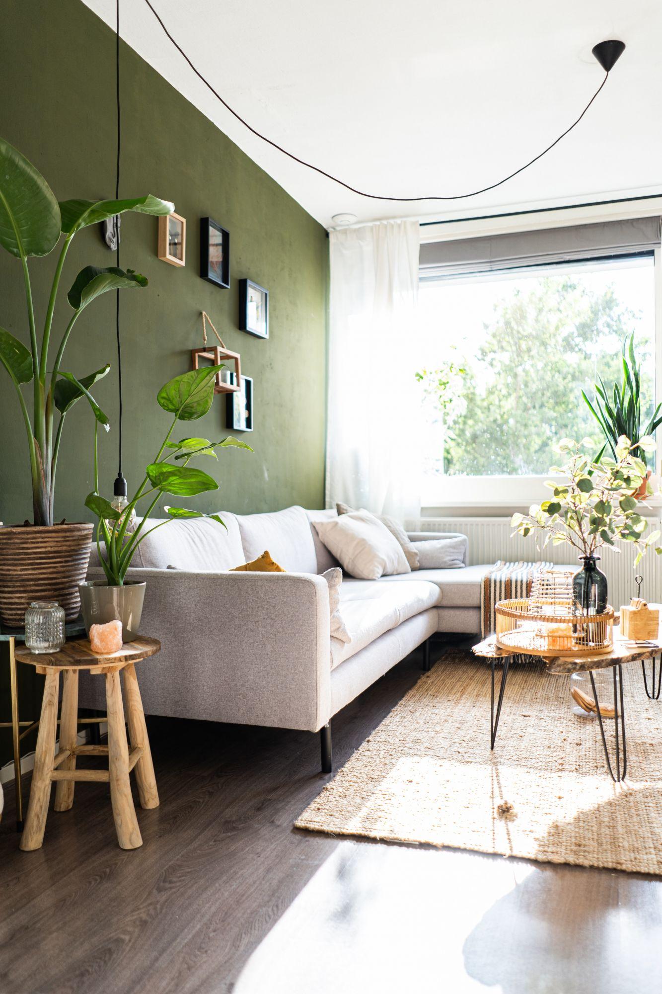 Arredare la parete del divano con un colore a contrasto