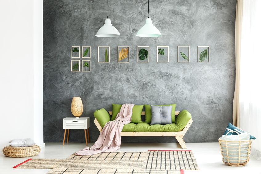Arredare le pareti del divano con elementi naturali con cornice