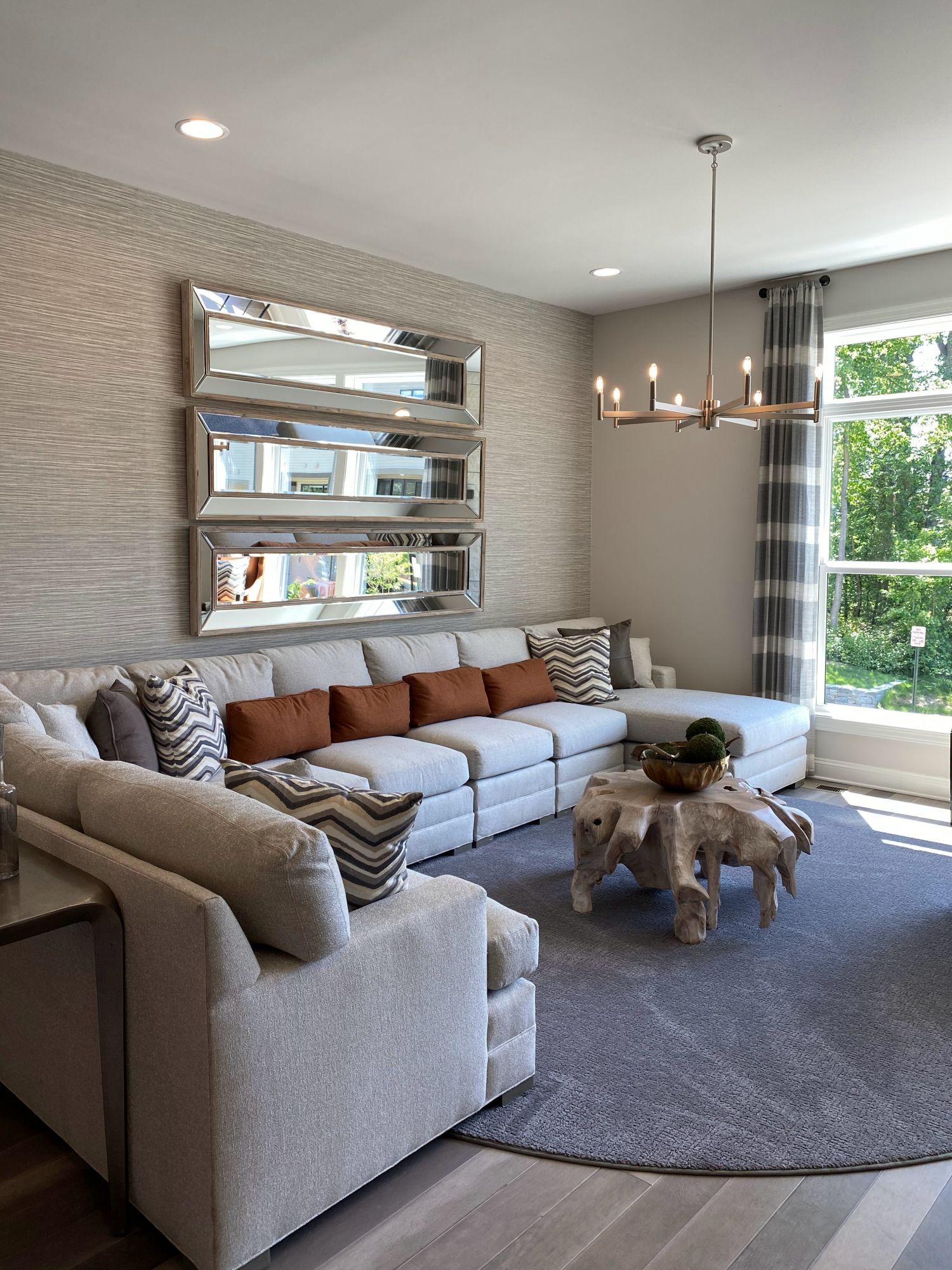Arredare la parete del divano con gli specchi