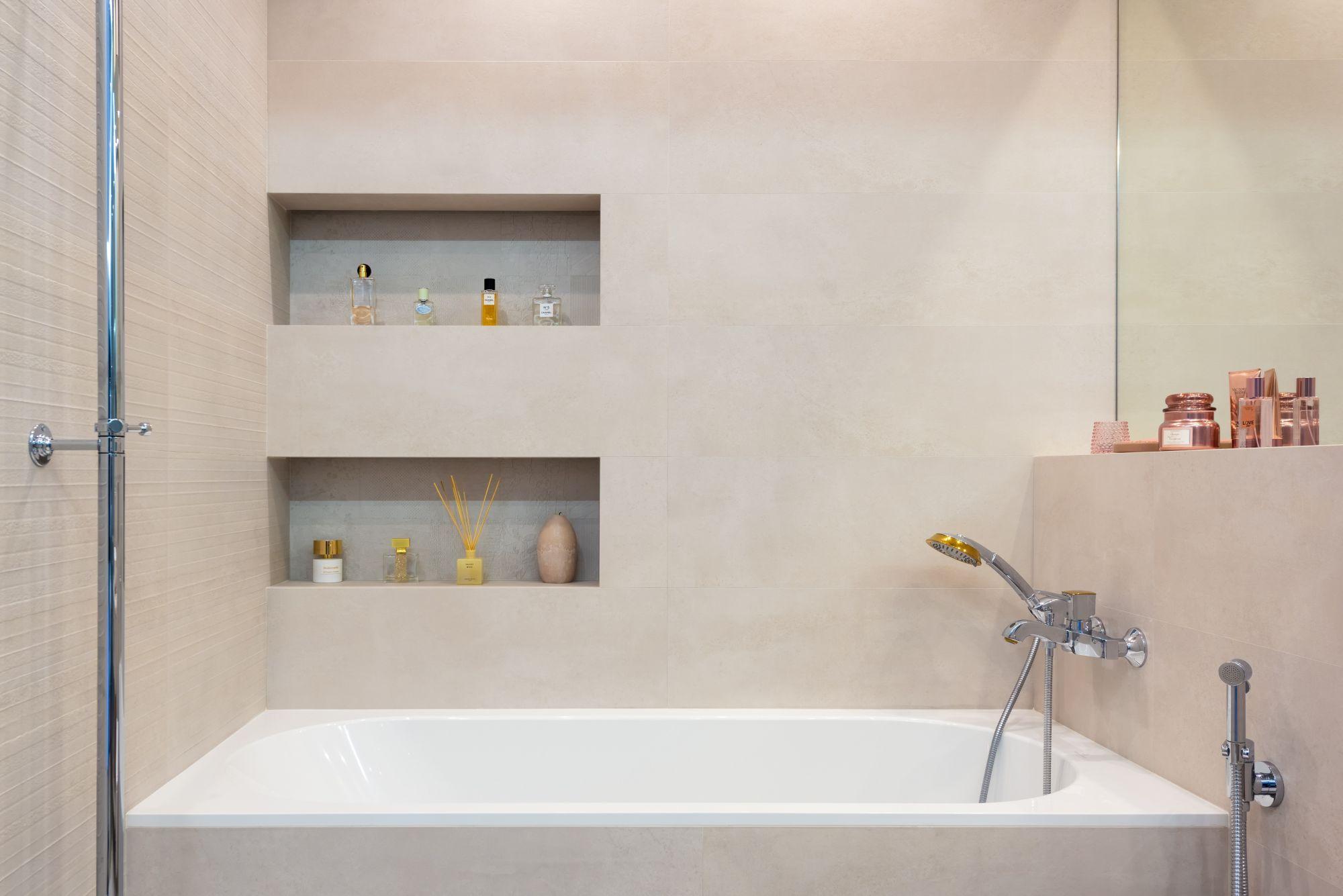 Arredo bagno: pratica mensola per la vasca da bagno