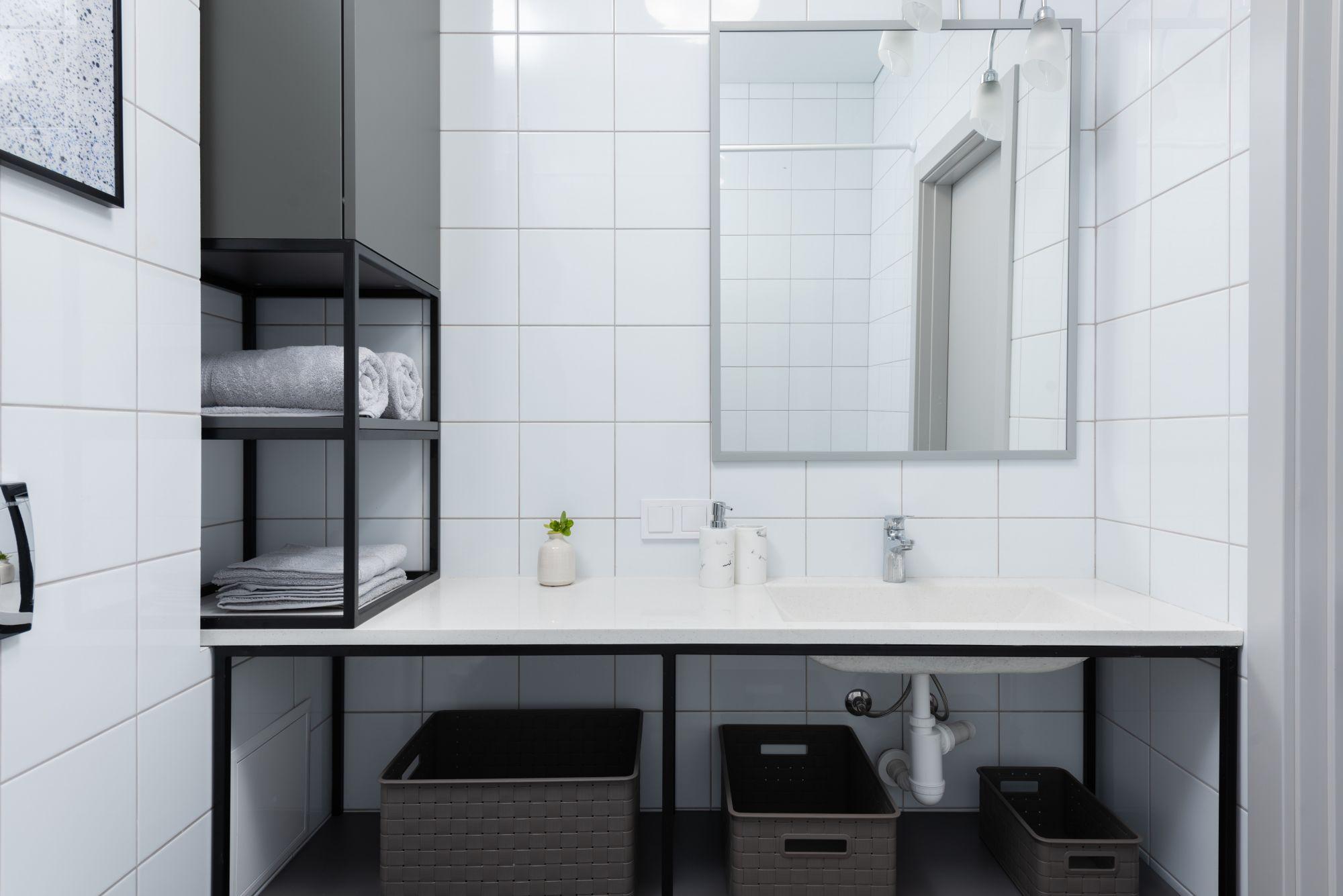 Arredo bagno: efficaci ripiani a parete