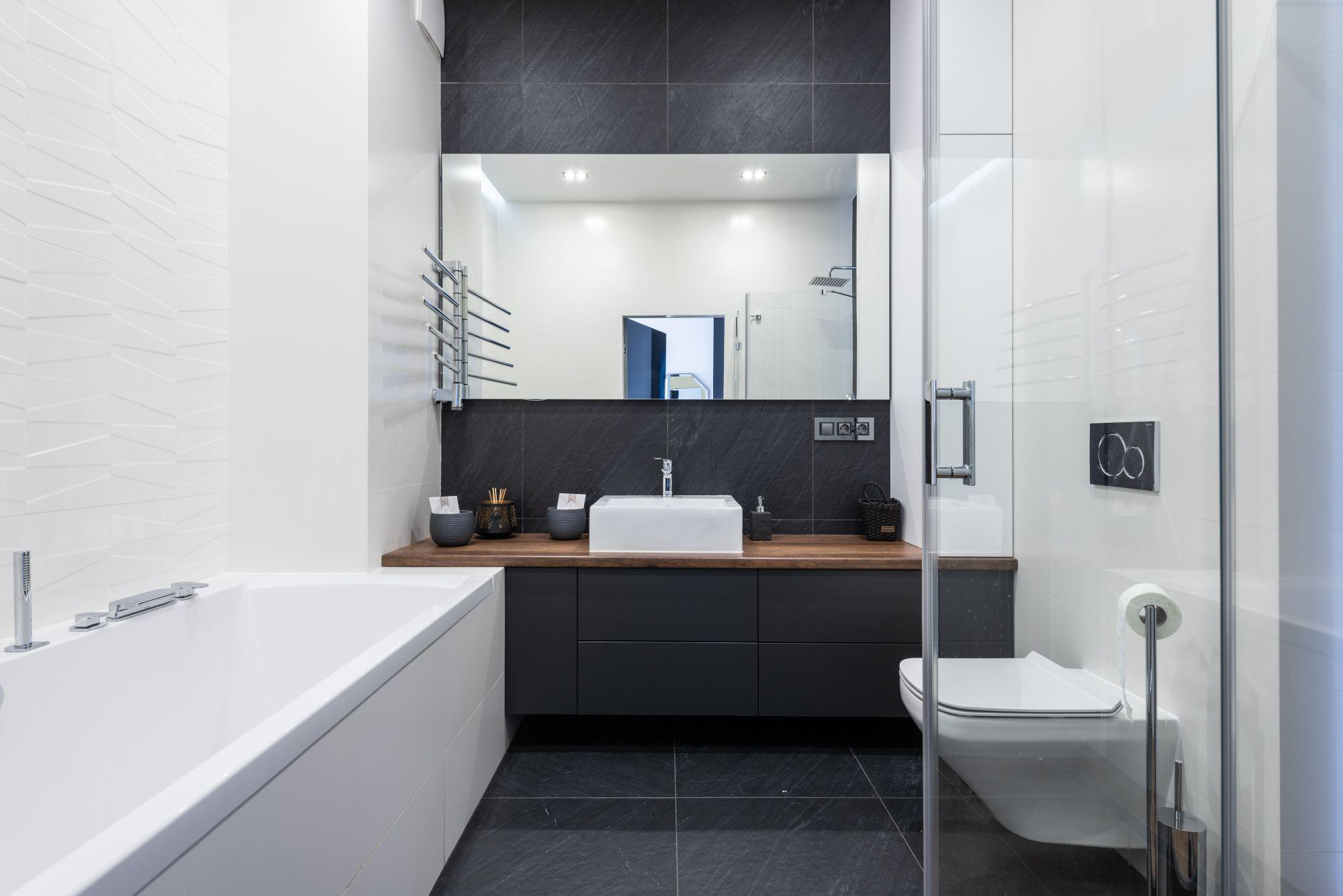Arredo bagno: immancabile cestino e porta rotoli