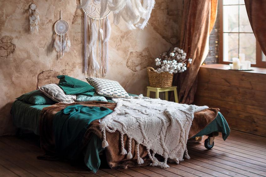 Camera matrimoniale: elementi artigianali sopra il letto