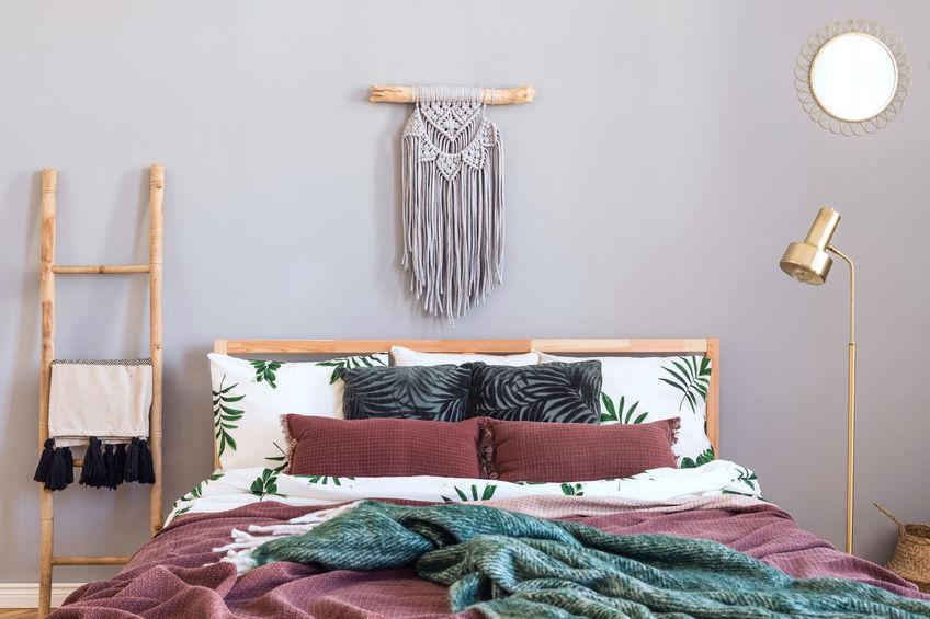 Camera matrimoniale: elementi in macramé sopra il letto