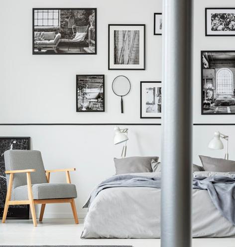 Camera matrimoniale: fotografie in bianco e nero sopra il letto
