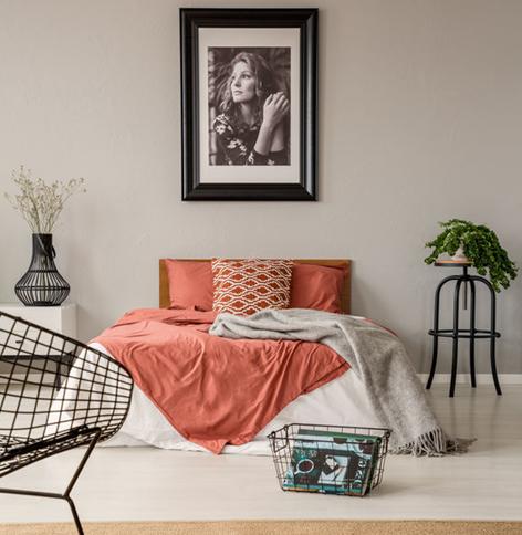 Camera matrimoniale: appendere una fotografia sopra il letto