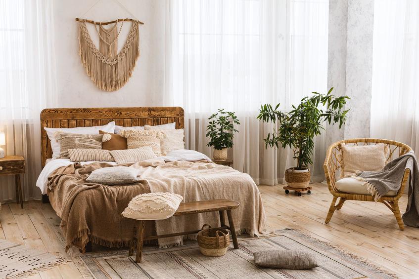 Idee e consigli su come arredare la parete sopra il letto