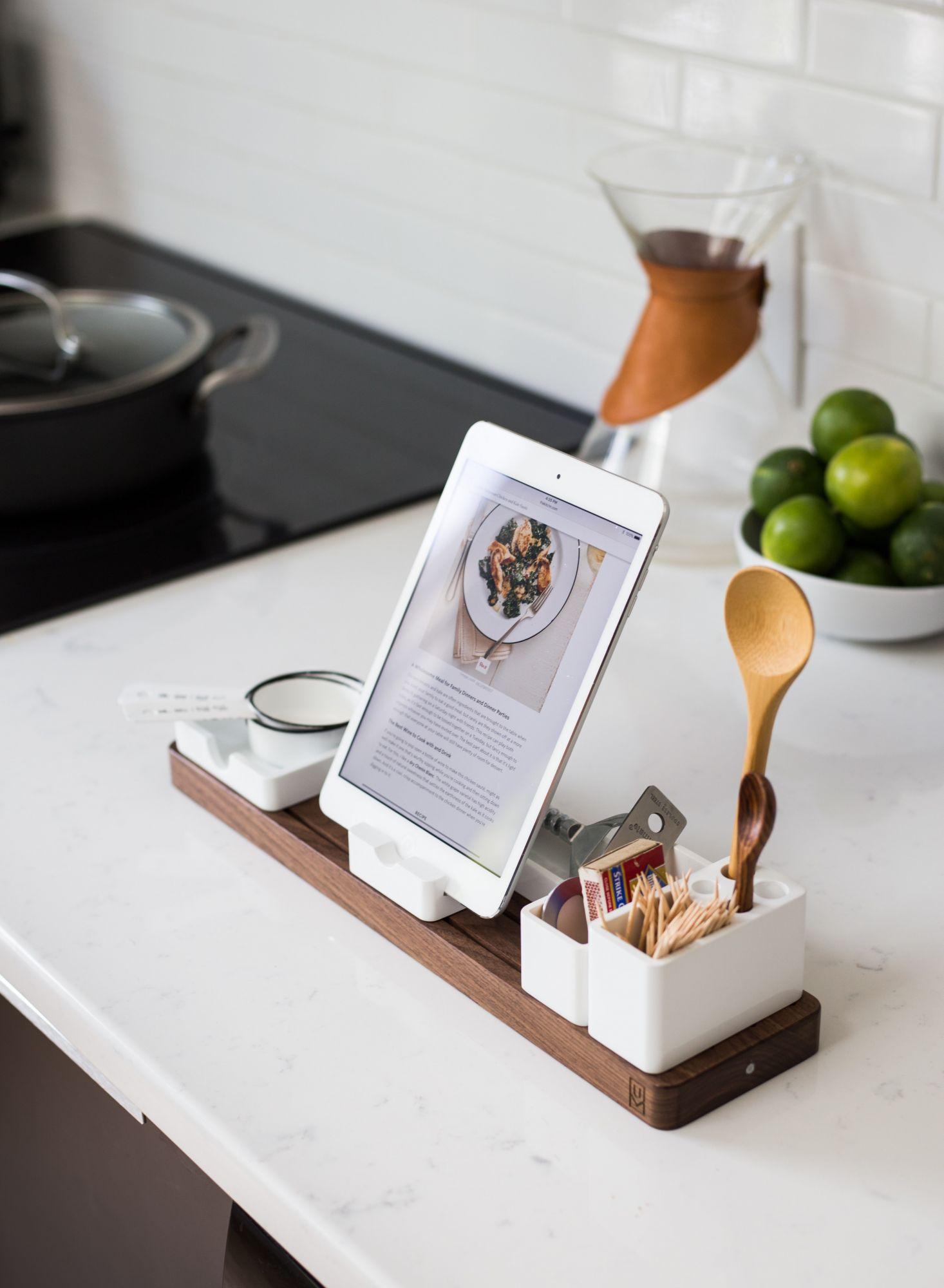 Accessori per la cucina: porta ricette con ricarica wireless