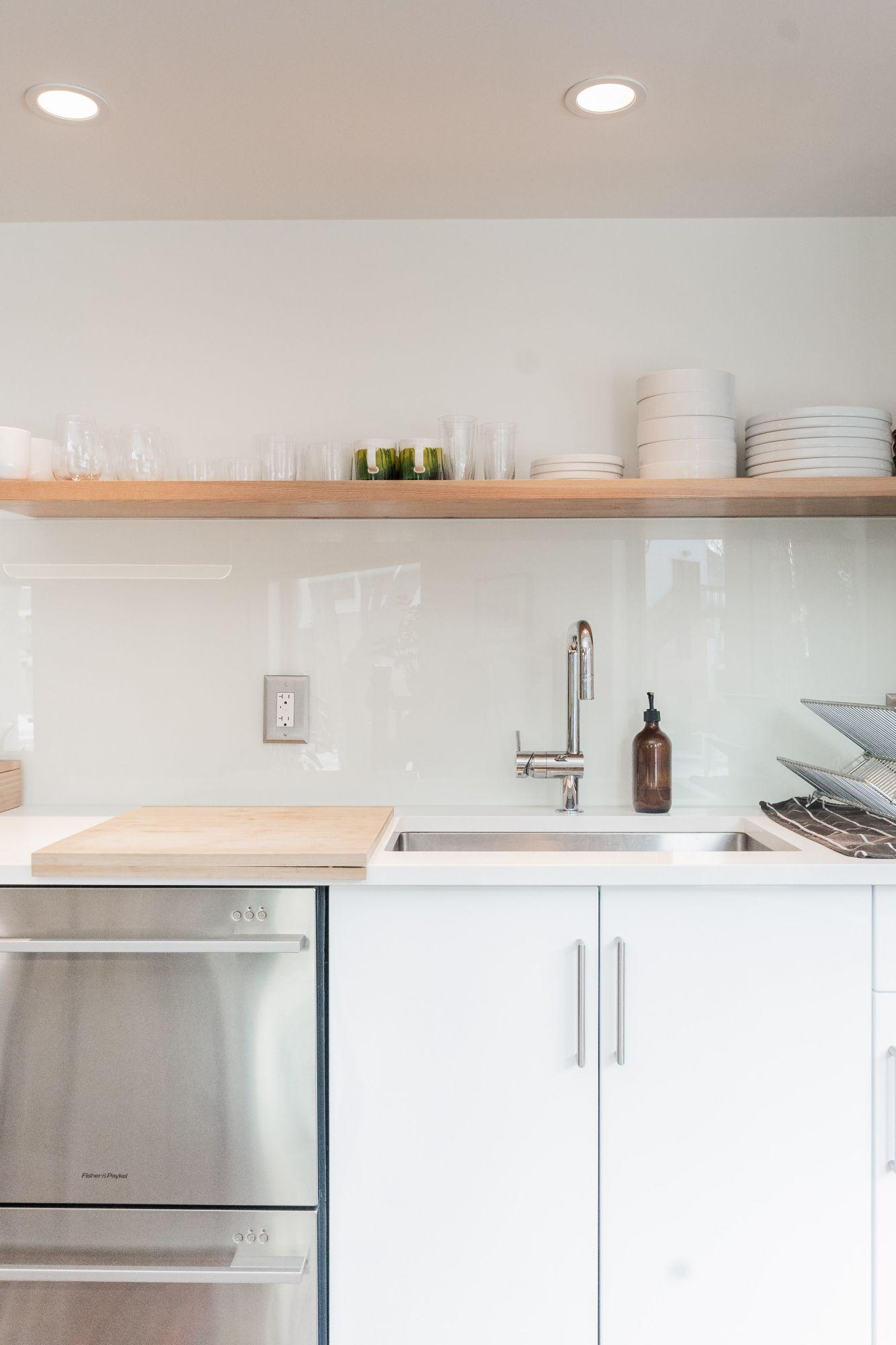 Accessori per la cucina: tagliere scorrevole sopra il lavabo