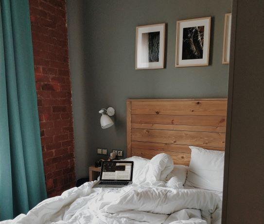 Arredare la camera da letto: zona notte con testiera in legno