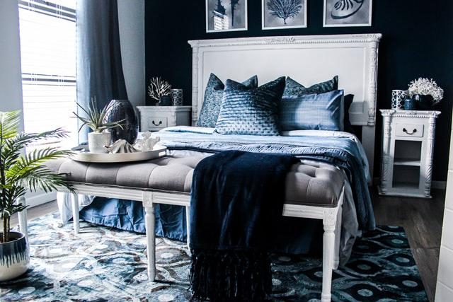 Arredare la camera da letto con testiera in legno verniciata