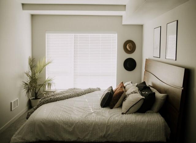 Arredare la camera da letto con testiera in legno