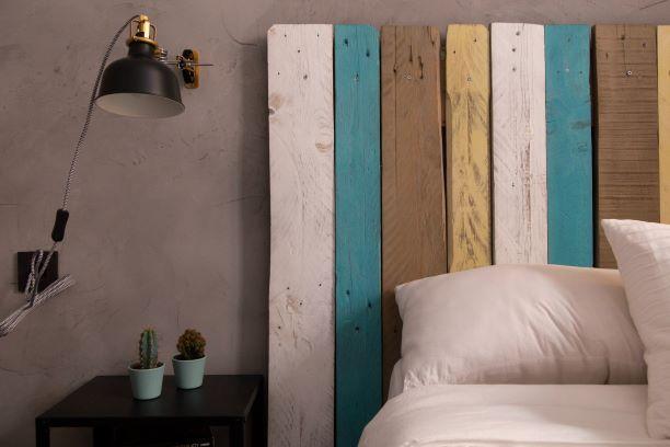 Arredare la camera da letto con una testiera in legno di recupero