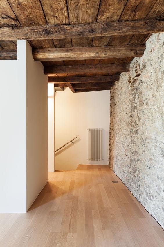 Travi a vista in legno, protagoniste per arredare casa