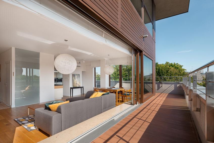Come arredare ambienti lunghi e stretti: il soggiorno
