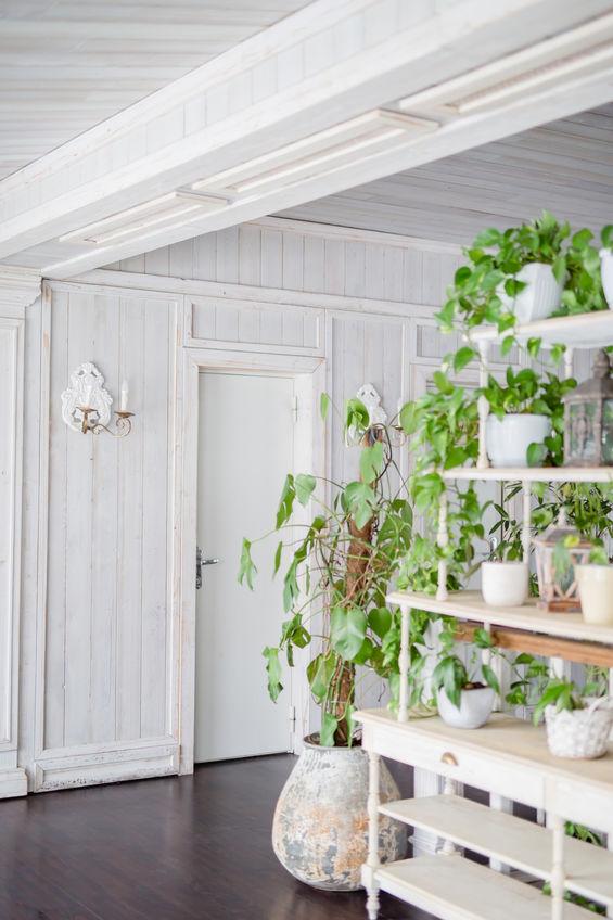 Arredare casa con le mensole per un outdoor green