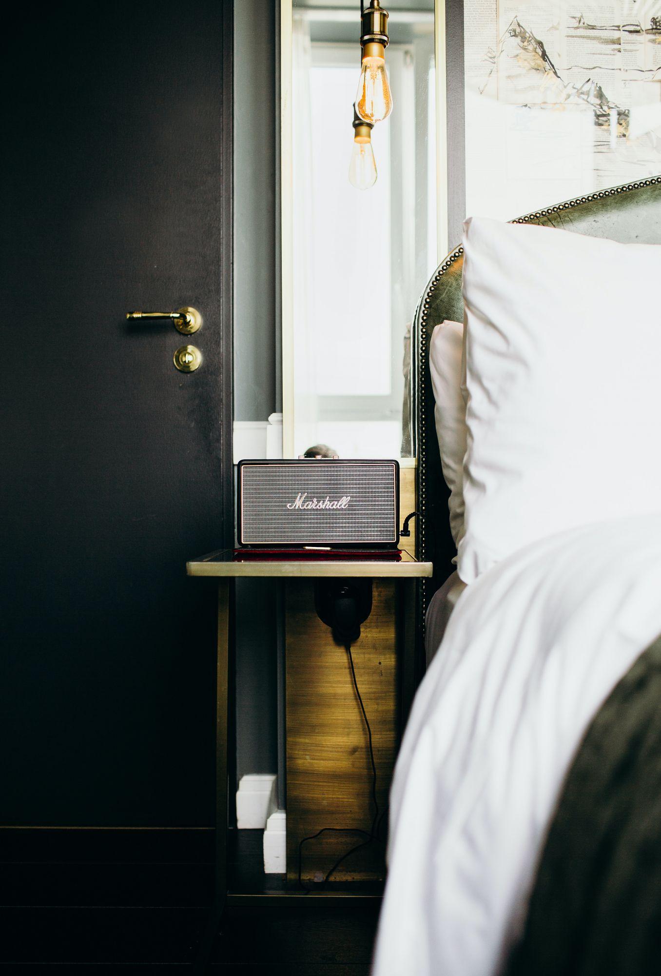 Arredare casa con le mensole: comodini alternativi in camera da letto