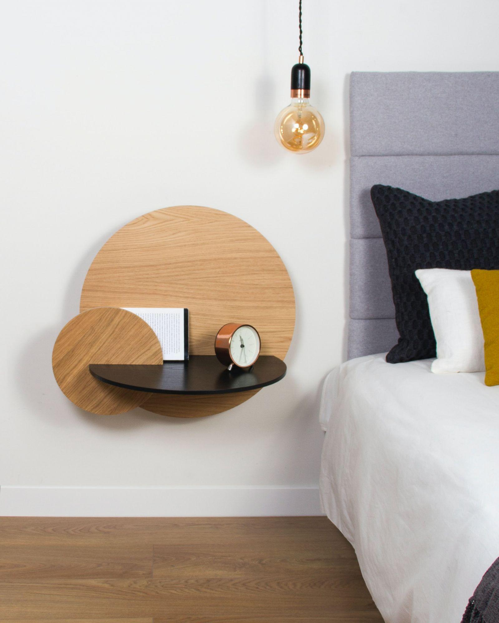 Arredare casa con le mensole: comodini in camera matrimoniale