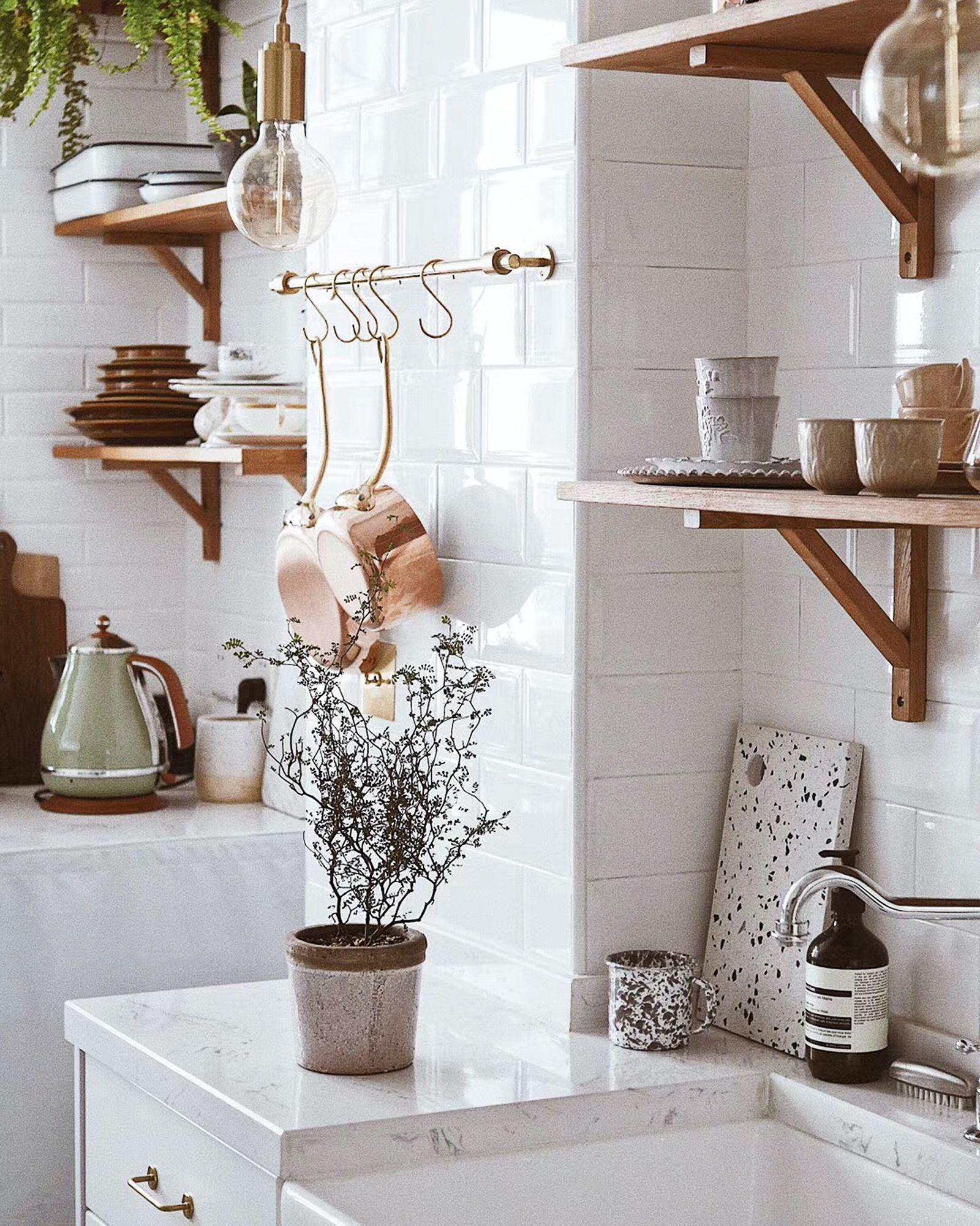 Arredare casa con le mensole in cucina: un'alternativa ai pensili
