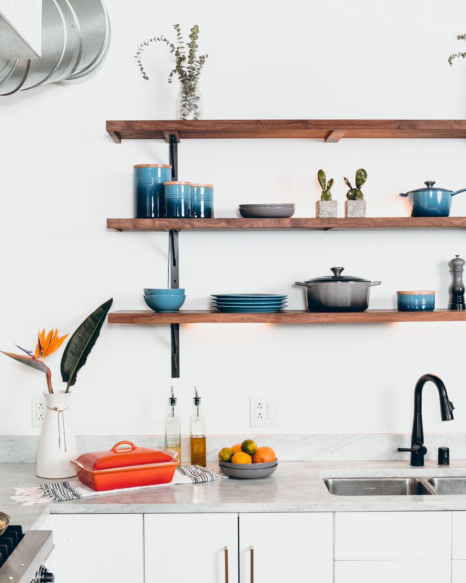 Arredare casa con le mensole: funzionali in cucina