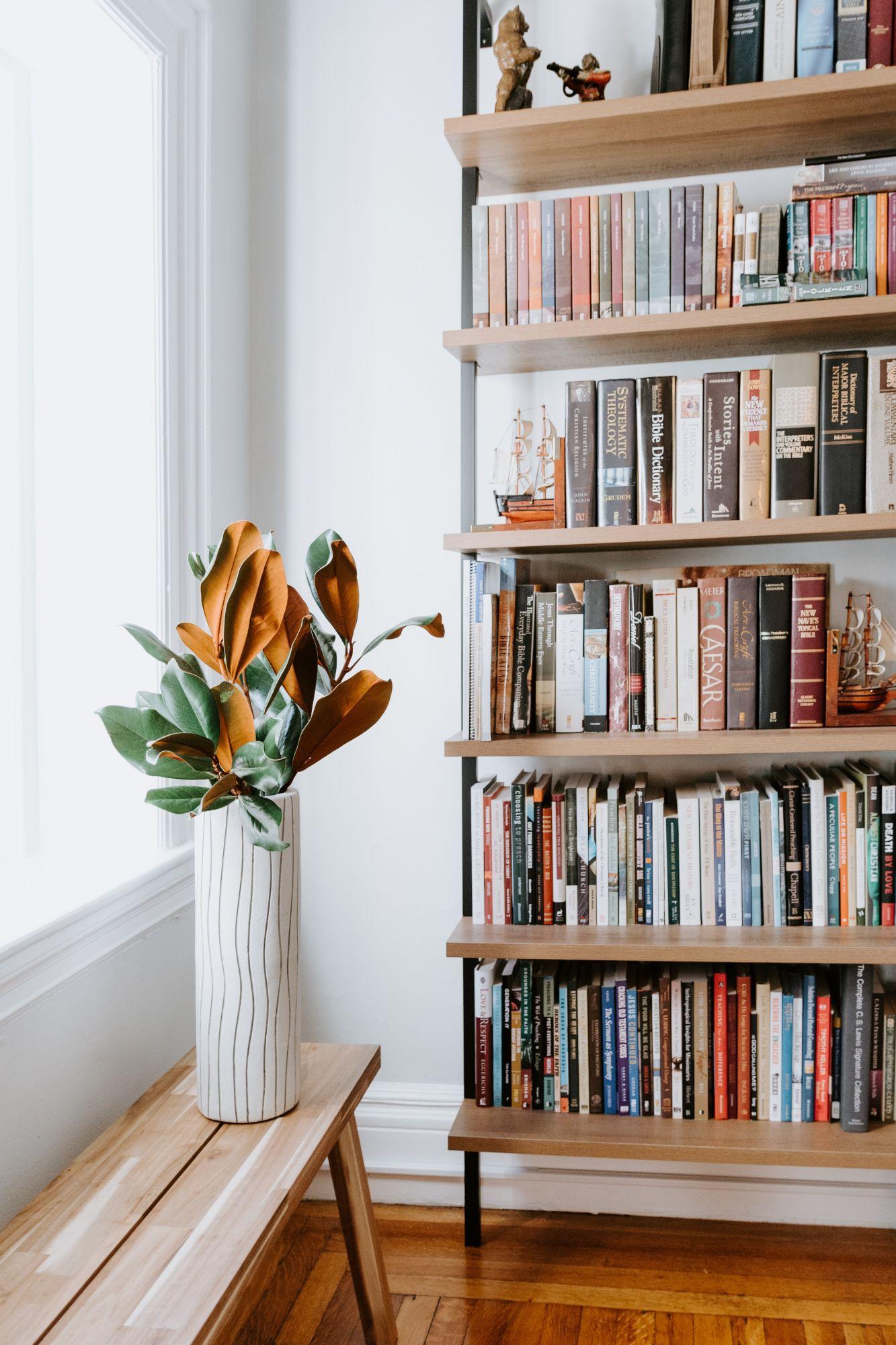 Arredare casa con le mensole: capiente libreria in soggiorno