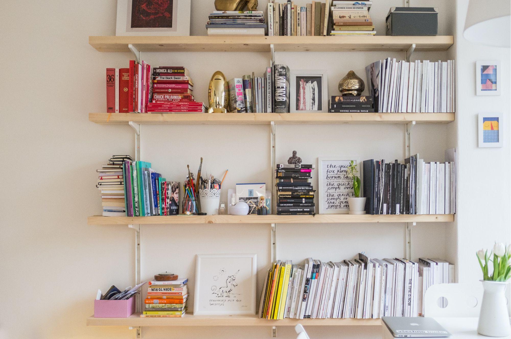 Arredare casa con le mensole pe runa libreria in soggiorno